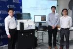 (左起) 杜胜望教授及他的研究团队赵腾博士与赵陆伟博士研发出新一代显微镜。 - 香港科技大学