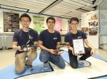 于第13届全国大学生「恩智浦杯」智能汽车竞赛(华南赛区)获一等奖的(左起)张志荣、Amrutavarsh Sanganabasappa Kinagi和李峻羲在Dream Team Open Lab展示他们的小型智能车 - 香港科技大学