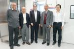 科大赛马会高等研究院署理院长戴自海教授(左一)、理学院院长汪扬教授(左二)、物理学系主任童彭尔教授(右二)及物理学系助理教授王一(右一)见证宇宙物理及量子光学实验室的成立。 - 香港科技大学