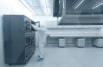 摄影机将于实验室中的无尘室组装,该环境的污染物控制水平与手术室无异。 - 香港科技大学